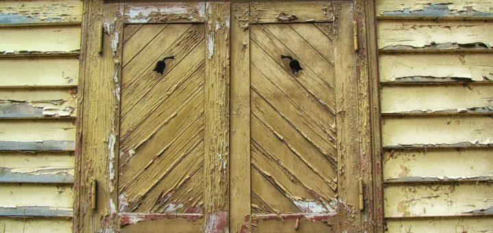 Příprava dřevěných okeních rámů před nátěrem