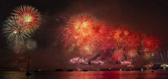 Night Fireworks Nightscape  - Alpcem / Pixabay