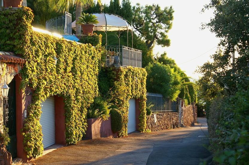 Pavilion Evening Sun Garage Road  - Kreutzfelder / Pixabay